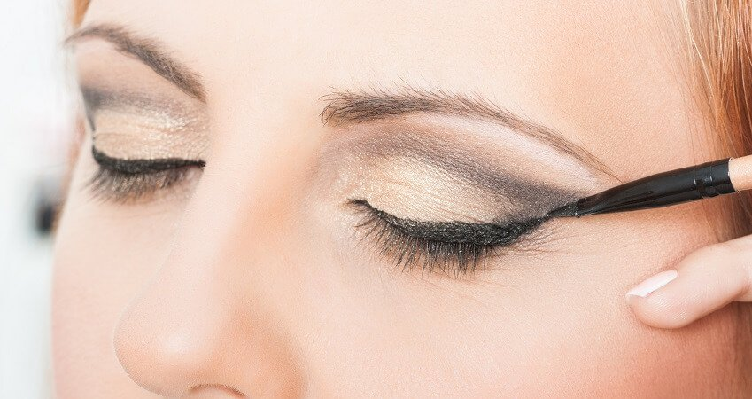 Applying eyeliner on wrinkled eyelids